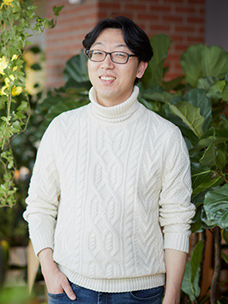 Hong-cheol Lee, CJ CGV F&B Business Team, who gave birth to the 'BBQ flame-grilled chicken'