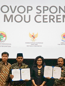 Commemorative photo of officials who attended the OVOP Program MOU signing ceremony (From left) Hee-seong Shin (head of CJ Indonesia)