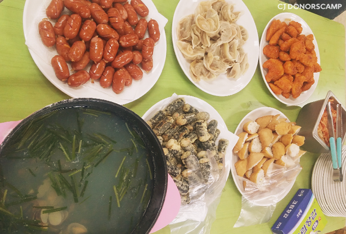 by CJ Donors Camp finished with dinner, serving Deep-fried Glass Noodles in Seaweed, Bibigo dumplings, Fried Tofu Rice Balls, Gourmet Chicken and sausages sincerely prepared by CJ.