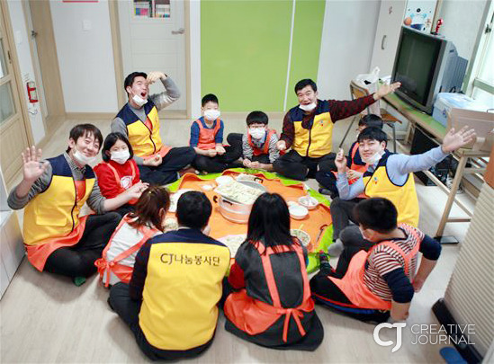 staff members of CJ Group volunteer to help students at study rooms