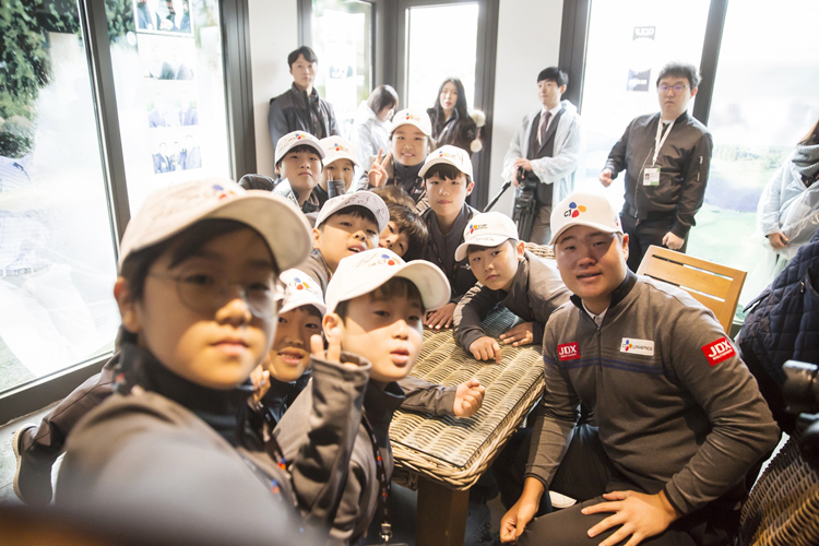 Golfer Sung-jae Im (right) posing for a selfie with the students that participated in last year's BRIDGE KIDS program