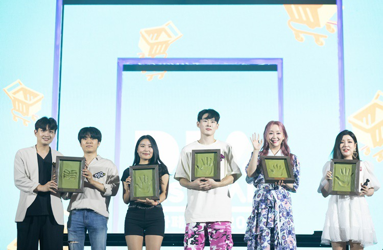 Creators who have reached 1 million subscribers are posing for a photo at a hand-printing event. (From left) Suspicious Guys, Lisa Rhee (Imlisarhee), GoToe, Calary Girl, and YoonCharmi.