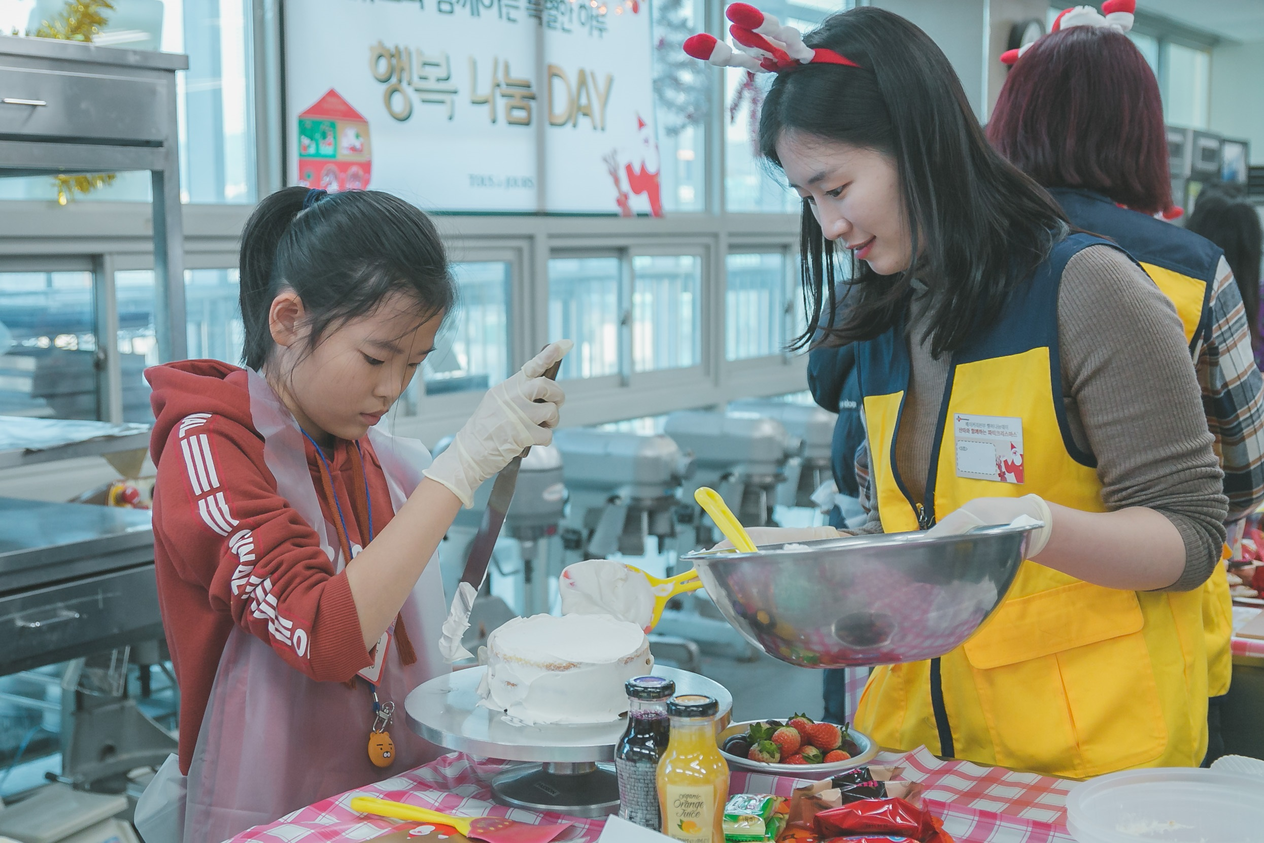 CJ Foodville, headed by CEO Seong-pil Jeong, held a Christmas cake baking class, attended by children invited from local children's centers.