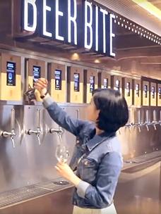vips 비어바이트에서 맥주를 따르는 여성 이미지