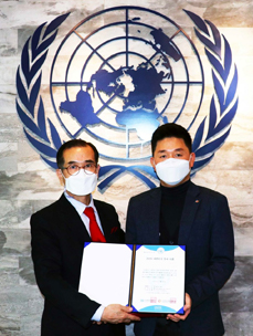 CJ Logistics department manager Jin-kyu Park (right) and Heon-sik Ahn, chairman of the board of directors at the UN Volunteers Korea taking commemorative photos.