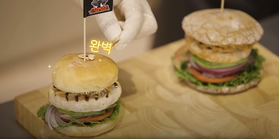[Muscle-building Recipes] A tasty burger set that will strengthen your muscles! Treat yourself by taking a break and trying out our simple recipe. 🍔